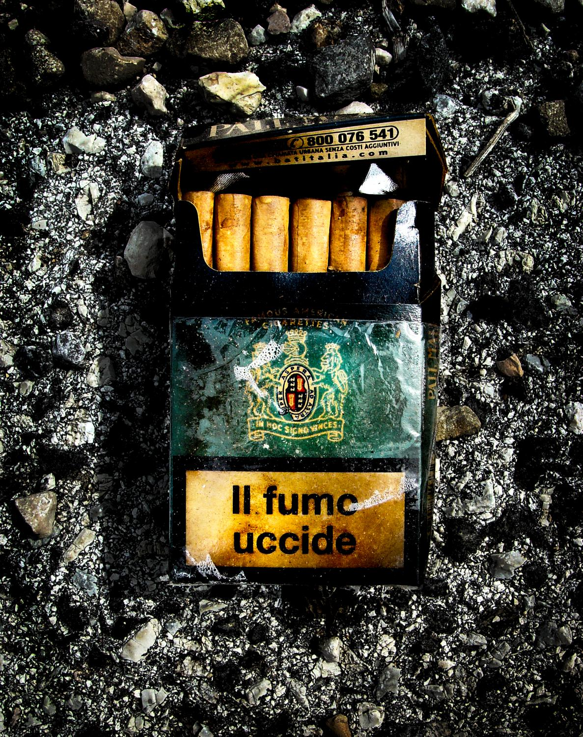 - Along the road, I saw this discarded package of cigarettes. It says,